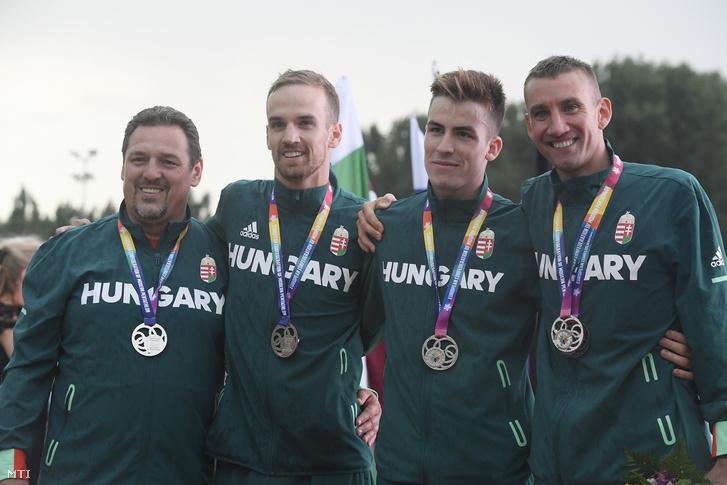 A második helyezett magyar csapat tagjai, Demeter Bence (b2), Regős Gergely (b3) és Marosi Ádám (j), valamint edzőjük, Martinek János (b) az öttusa Európa-bajnokság férfi hagyományos csapatversenyének eredményhirdetésén a székesfehérvári Bregyó közi Regionális Atlétikai Központban 2018. július 22-én.