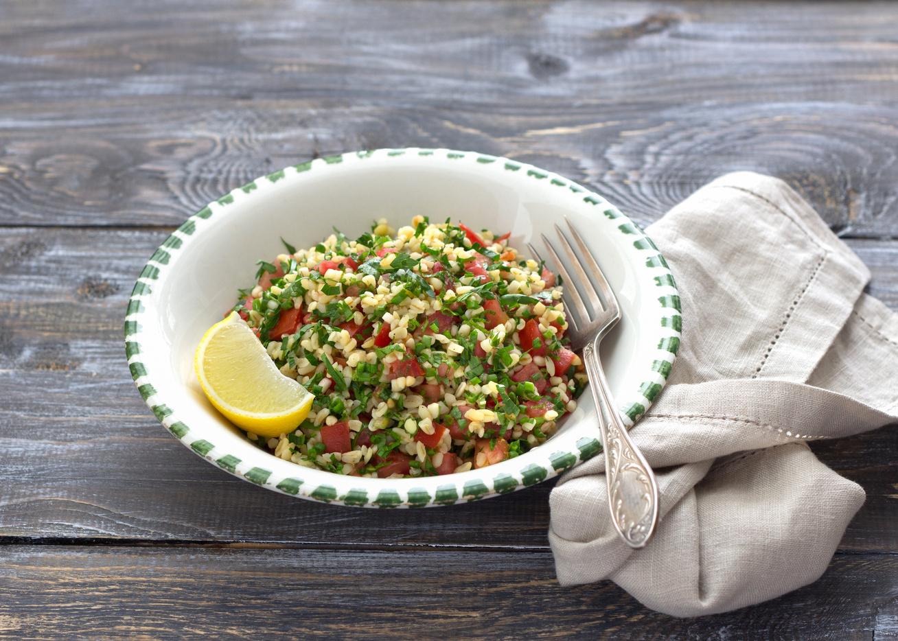 Mediterrán saláta sok petrezselyemmel és bulgurral: tökéletes a grillezett húsokhoz