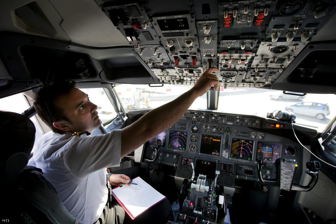 Egy pilóta ellenőrzi a műszereket a Ryanair egyik Boeing 737-800 típusú repülőgépén a Budapest Liszt Ferenc Nemzetközi Repülőtéren