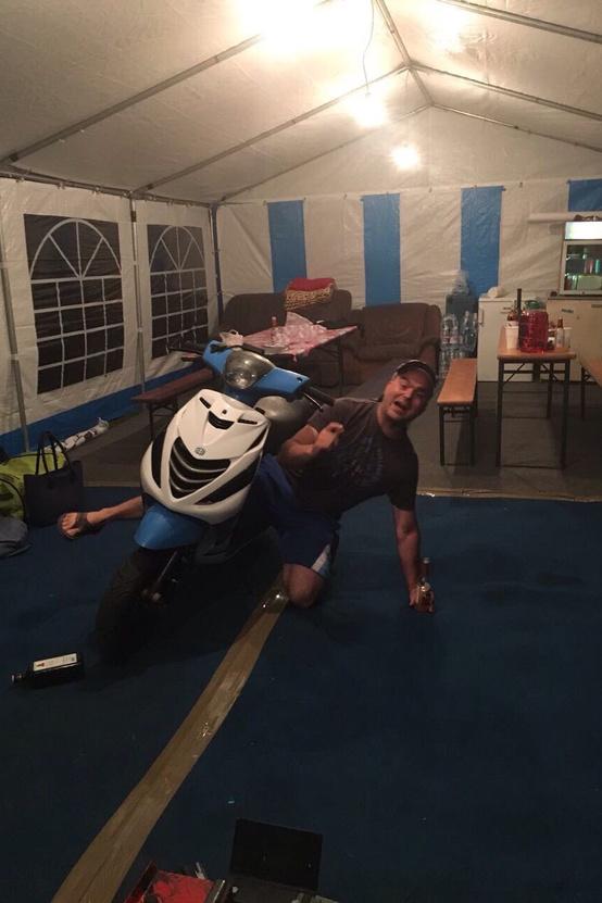 Képen Sipi (Sipos Miki) latható amint éppen a helyes üléspozícioról tart bemutatót a verseny előtti Péntek este