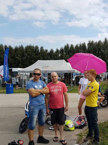 Flegár György mellette Sipi és jobb oldalon szerelőnk Flegár Péter latható