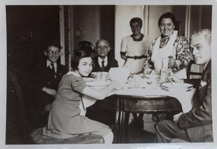 A Szilárd család vendégekkel a Pannónia utcában.Tamás, Vera és jobbra a szülők