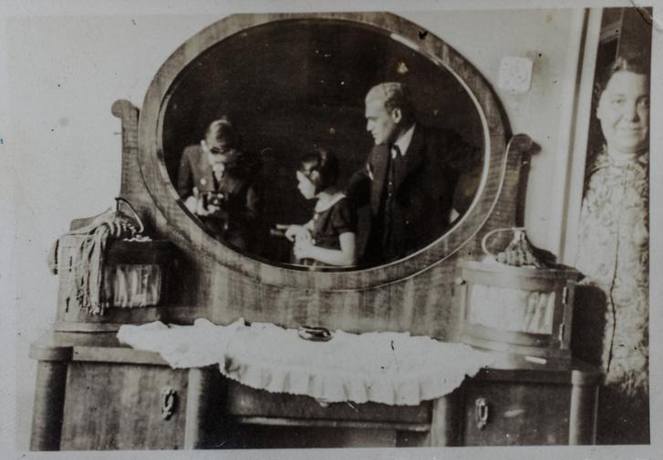 A tükörben Tamás, Vera és papájuk, Andor. Az ajtóban a mama, Weisz Erzsébet