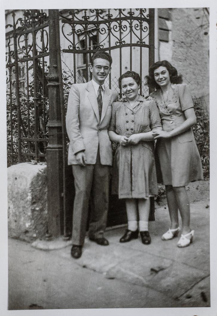 A Thököly út 45. előtt. Ide költözött a család közvetlenül a háború után, mert a Pannónia utcai lakás lakhatatlanná vált