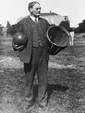 A kosárlabdát feltaláló Naismith a sportág két fő alkotóelemével, a labdával és a kosárral