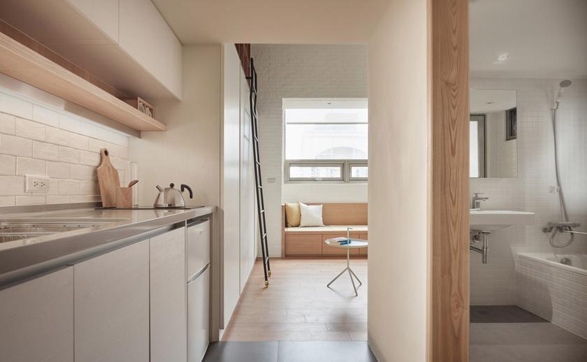 A lakásban az egybenyíló terek dominálnak. Bár minimalista a konyha, rengeteg hely van a tárolásra.
