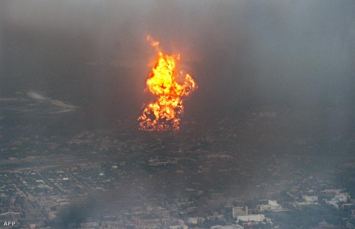 Lángoló olajfinomító Groznijban, orosz tüzérségi támadás után, 1996-ban