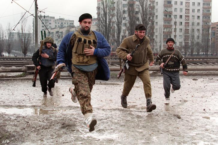 Csecsen fegyveresek grozniji utcai harcok közben, 1996-ban