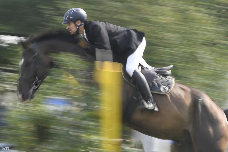 Demeter Bence lovagol az öttusa Európa-bajnokság vegyes váltó versenyén.