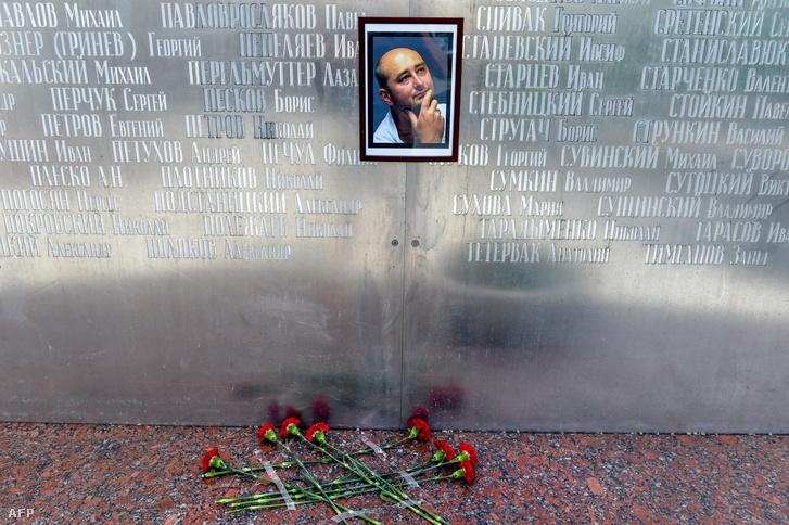 A gyász virágai a moszkvai újságírók házánál található emlékfal tövében
