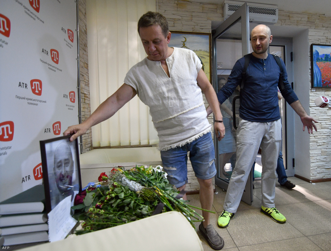 """Babcsenkó a """"feltámadás"""" után az ATR TV tévécsatorna irodájában, ahol kollégái virágokkal és egy róla készült képpel gyászolták"""