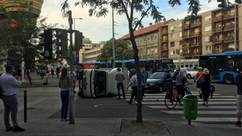 Metrópótló busz karambolozott a Lehel térnél