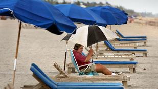 Átszúrta egy strandoló mellkasát a napernyő