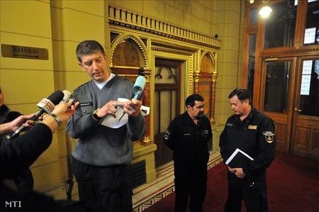 Árok Kornél, a Hivatásos Tűzoltók Független Szakszervezetének (HTFSZ) elnöke a kollégái belépési engedély-kérelmének egy példányát mutatja (Fotó: Kovács Tamás)