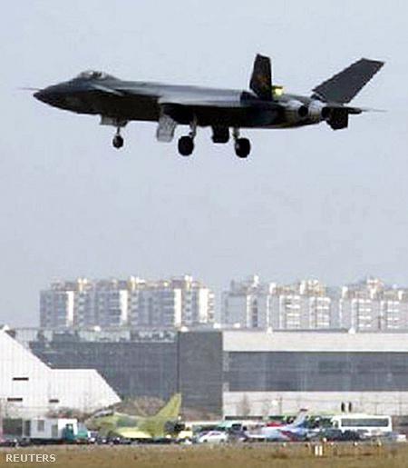 A J-20-at repülés közben mutató kép Csengtuban készült, nem tudni pontosan mikor