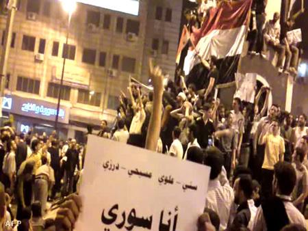 Tüntetők hétfő este Homszban, még az oszlatás előtt