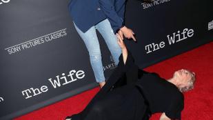 Glenn Close szó szerint dobott egy hátast a vörös szőnyegen