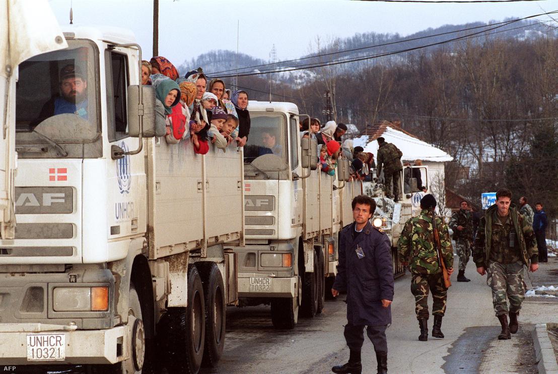 Muszlim menekültek az ENSZ 19 autóból álló konvoján Tuzla felé tartanak Srebrenicából 1993. március 30-án