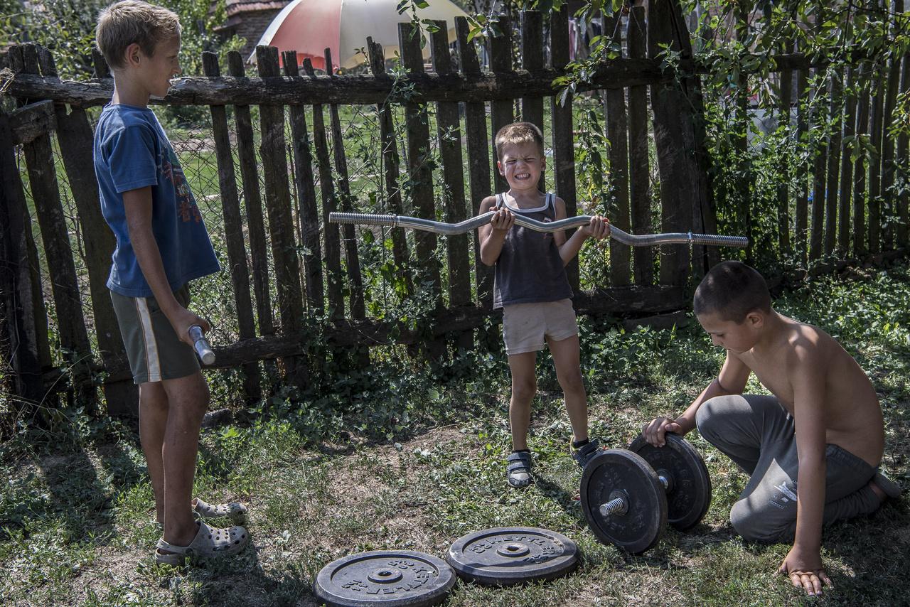 """""""Bárcsak hozzá se nyúlnának a súlyzókhoz, ez a legveszélyesebb. De legalább a profibbak segítenek a kezdőknek, ha éppen nem vagyok ott. Azért így is sérülésveszélyes…"""" – mondja Sancho."""