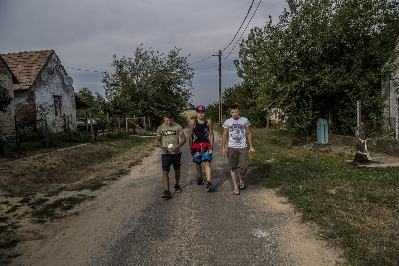 A verseny másnapján három srác nekivág a telepről a bő fél órás útnak, hogy becsatlakozzanak a szkandercsapatba, mert kedvet kaptak a mozgáshoz.
