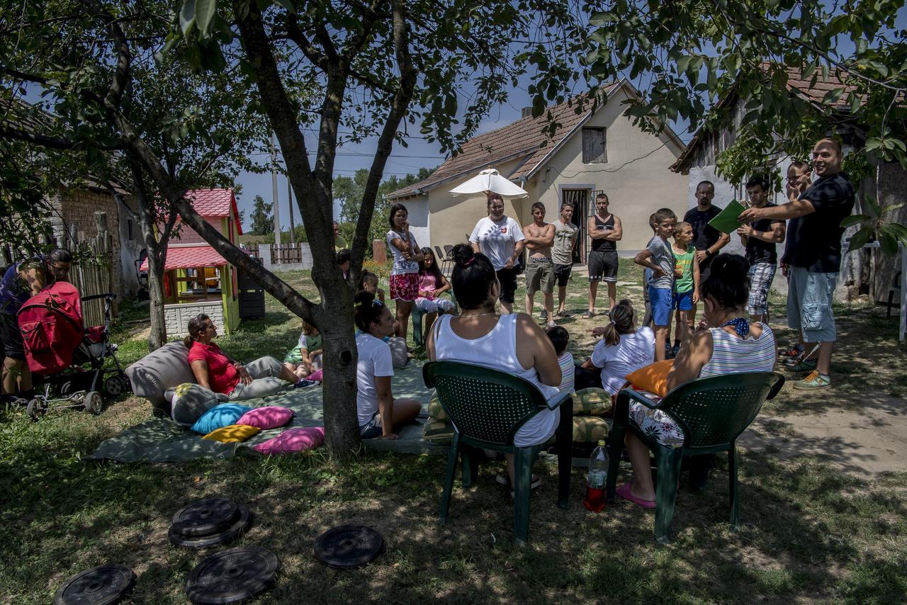 Kesztyüs József (Sancho) a helyi szkanderklub vezetője tart eligazítást a verseny előtt a Dózsa György utcai máltás ház udvarában. A verseny alapvető célja, hogy programot adjanak a nyár közepén tengődő fiataloknak.