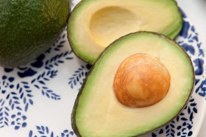 Az avokádó magas kalóriatartalmú, 100 grammonként 160-at tartalmaz, ami sokszorosa más gyümölcsökének. Mégis érdemes fogyasztanod egy felet az étkezések között magában vagy turmixhoz adva, hiszen rosttartalmának köszönhetően segít legyőzni a farkaséhséget.