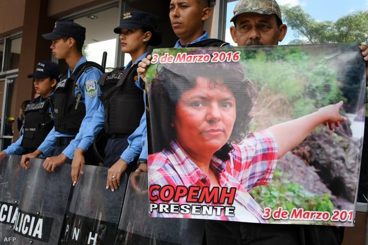 Tiltakozók egy meggyilkolt környezetvédő aktivista halálának második évfordulóján, Honduras fővárosában 2018. március 12-én. Berta Cáceres a 400 ezres lenca törzs tagja volt, és jó két évtizede küzdött az amerikai őslakosok érdekérvényesítéséért. 2017-ben a Global Witness szerint 207 környezetvédőt öltek meg.