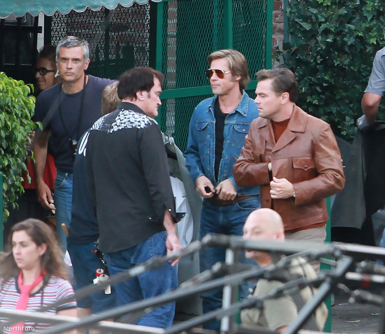 Bal oldalon a film rendezője látható, Quentin Tarantino.