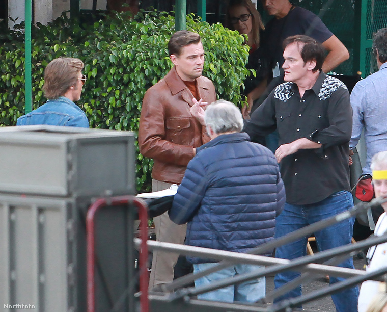 A filmben DiCaprio egy színészt játszik, Brad Pitt pedig egy kaszkadőrt, aki mindig helyettesíti a színészt a veszélyes jelenetekben.