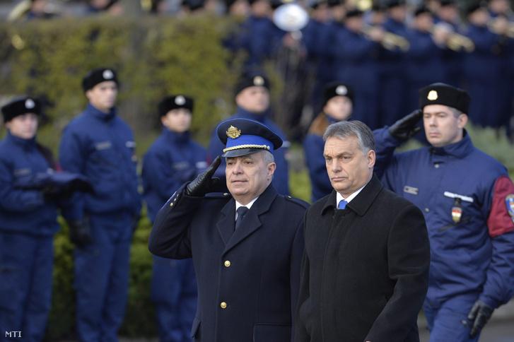 Papp Károly és Orbán Viktor miniszterelnök a rendőrség új szolgálati gépjárműveinek átadásán, 2014-ben