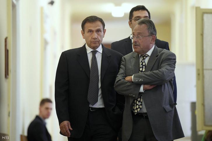 Gyárfás Tamás volt úszószövetségi elnök és médiavállalkozó és ügyvédje Bánáti János távozik a Budai Központi Kerületi Bíróságról 2018. április 20-án