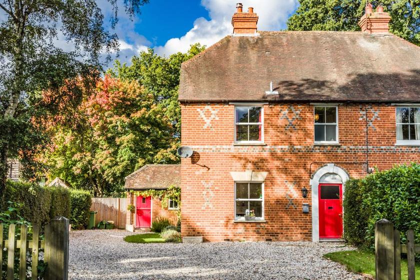 A festői környezetben lévő, West View nevű ház Londontól mintegy másfél órányi autóútra, Bradfield Southendben található.