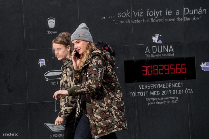 Hosszú Katinka a Duna Aréna bejáratánál