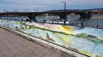 Egy kilométeres olajfestményt állítottak ki a Duna-parton