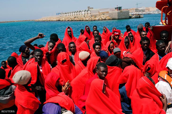 Menekültek egy mentőhajón, Tarifa kikötőjében 2018. július 24-én