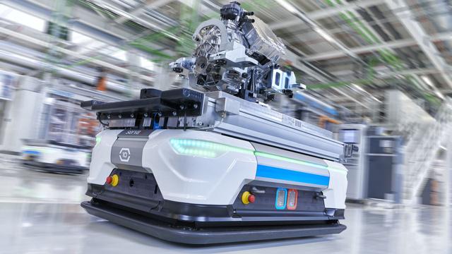 Automatizált robot szállítja az elektromotort Győrben