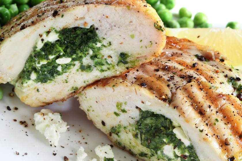 A csirkemell az egyik legjobb diétás fehérjeforrás. Készítsd el fetasajttal, spenóttal töltve, mellé pedig tálalj párolt idényzöldségeket, így alacsony kalóriás, ízekben gazdag, laktató ételt kapsz. Ha belefér a diétádba, bacont is tekerhetsz a hús köré, mint ebben a receptben.