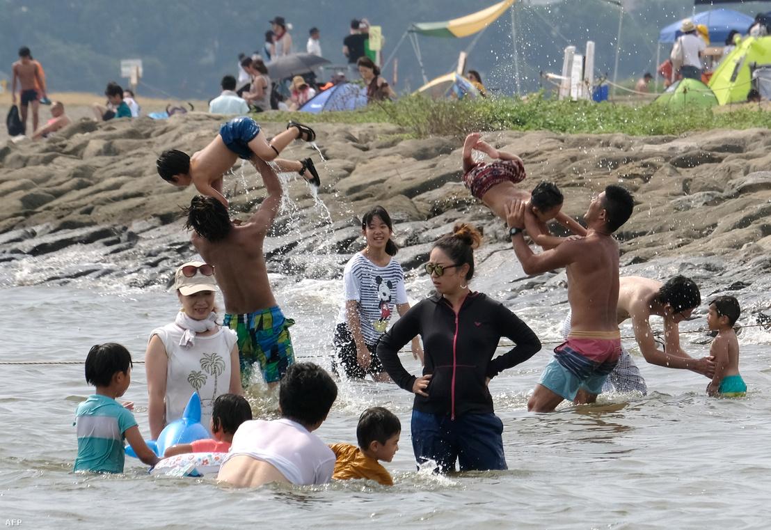 Családok fürdenek Tokió tengerpartján, 2018. július 22-én