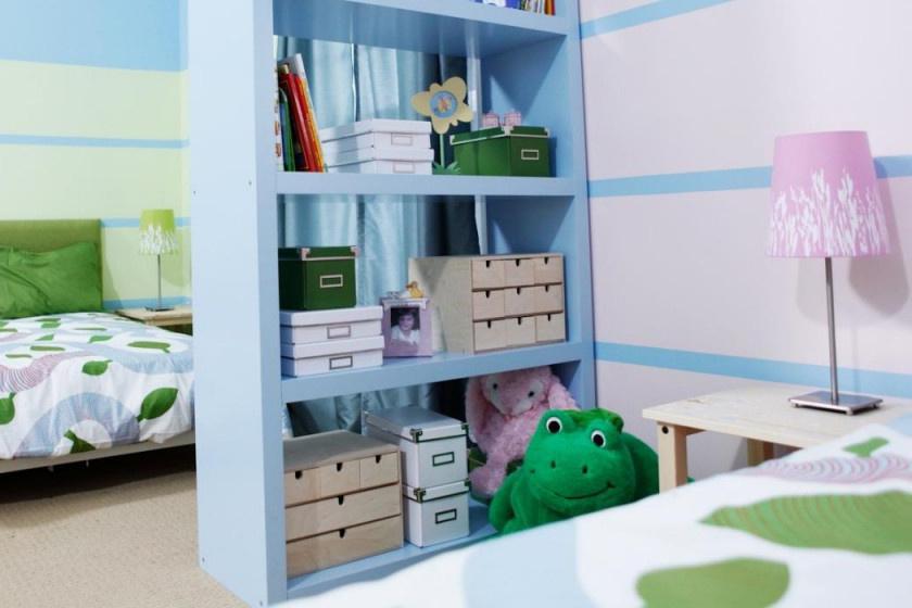 A legegyszerűbb módja a tér elválasztásának, ha vásároltok egy szabadon álló polcot, és a szobát ezzel osztjátok ketté.