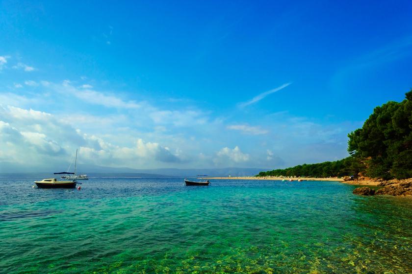 A Zlatni Rat strand egy földnyelven terül el, és, bár ismert strand, vitathatatlanul az egyik legszebb, és méltán híres. A kavicsos part, a sekély, tiszta víz ideálissá teszi kisgyermekes családok számára.