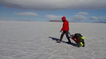 Egy vak férfi egyedül kelt át a világ legnagyobb sósivatagán