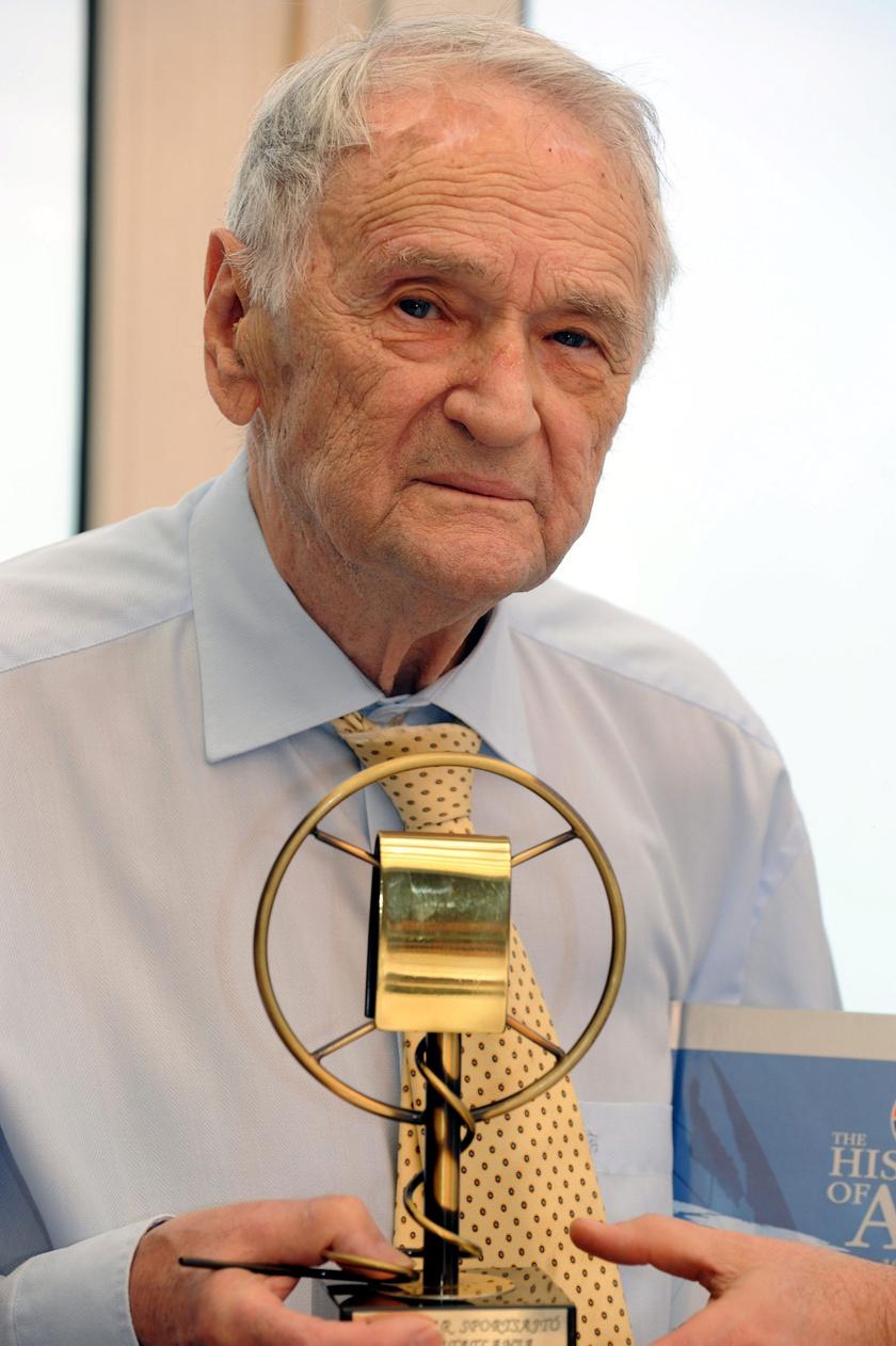 Szepesi György 2012 februárjában, a Magyar Sportsajtó Halhatatlanja díjjal, amit kilencvenedik születésnapja alkalmából vett át a Magyar Sportújságírók Szövetségének elnökétől.