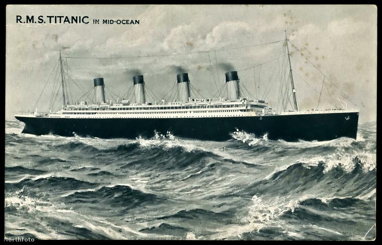 A képeslap képes fele az óceánon hajózó Titanicot ábrázolja