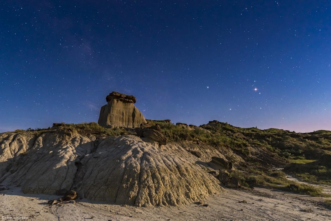 A Mars szabad szemmel is látható: ezen a képen jobbra, a legfényesebb objektum az éjszakai égen (Dinosaur Provincial Park, Alberta, Kanada)