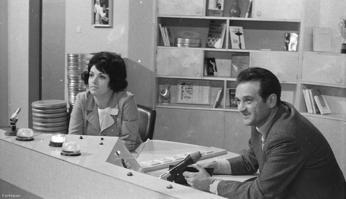 """Szepesi György a """"Hajrá magyarok"""" c. TV műsor felvételén. (1970)"""