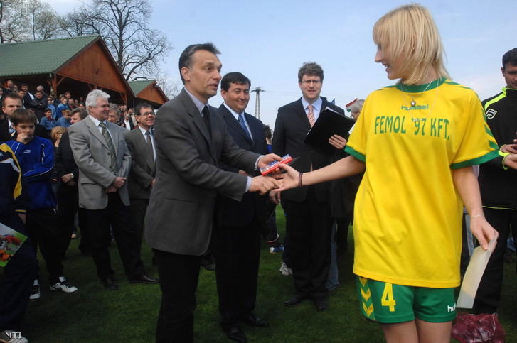 2007. április 1. Orbán Viktor egy fiatal játékosnak gratulál, amikor Puskás Ferenc, az Aranycsapat legendás játékosa születésének 80. évfordulóján, ünnepélyes keretek között felveszi nevét a felcsúti Labdarúgó Akadémia. A kormányfő mellett jobbra Mészáros Lőrinc, a Puskás Ferenc Labdarúgó Akadémiát működtető kuratórium elnöke.