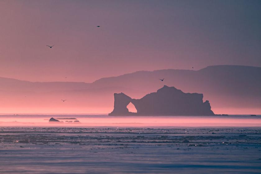 Az éjféli nap szürreális színei az Ilulissat-fjordnál: Grönlandon április végétől augusztus végéig nem megy le a nap éjjel sem.