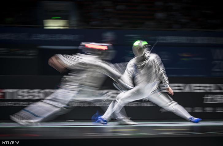 Hosszú záridõvel készített felvétel Szatmári András (j) és az olasz Luca Curatoli asszójáról a vívó világbajnokság férfi kard csapatversenyének elõdöntõjében