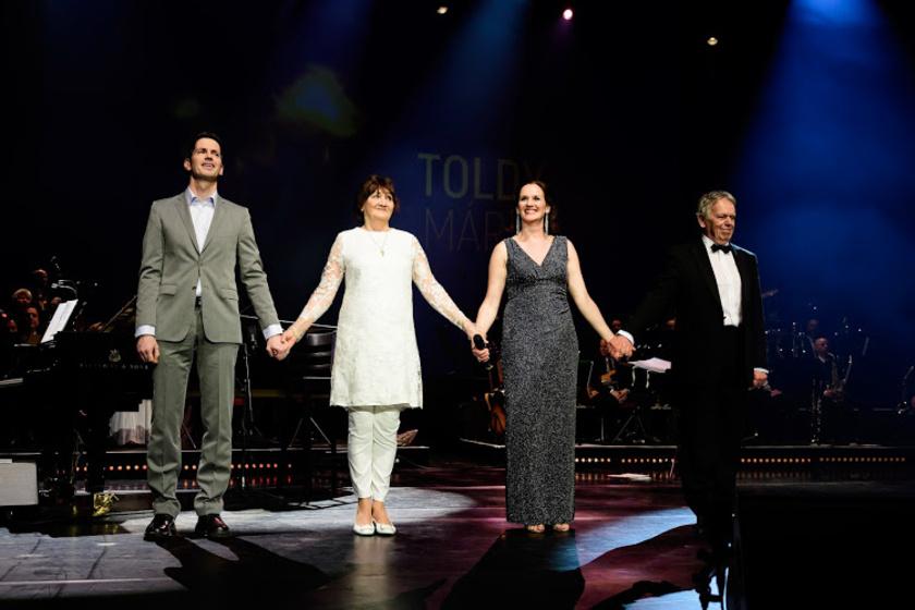 Toldy Mária családjával a jubileumi koncertjén.
