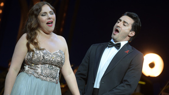 Baj volt az énekes hangszálaival, beugrott valaki a nézőtérről az opera előadásába
